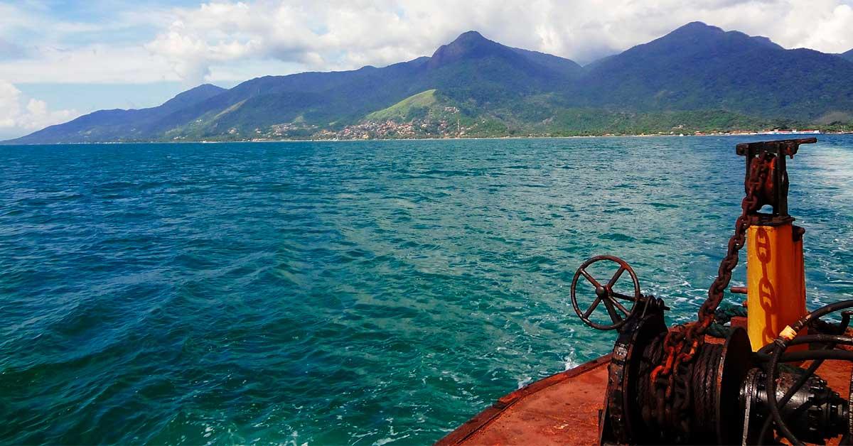 vista da balsa chegando em ilhabela